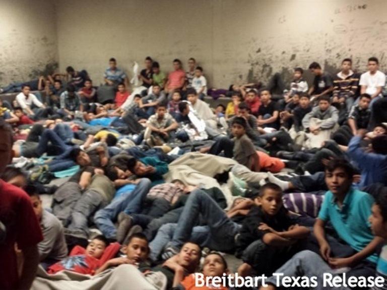 Menores recluidos tras de ser detenidos por la Patrulla Fronteriza de EEUU en su territorio.