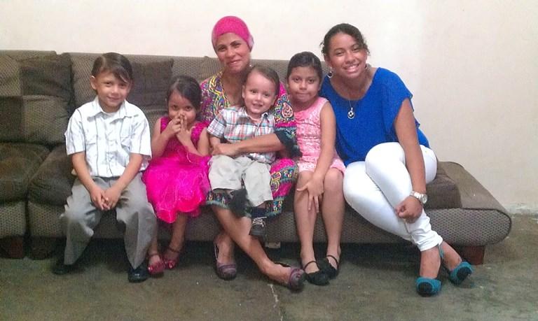Mónica Moreira y sus cinco hijos, en casa.