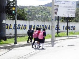 Un grupo de niñas del Colegio El Tambo a la saliendo de clases. Foto:JB/LH