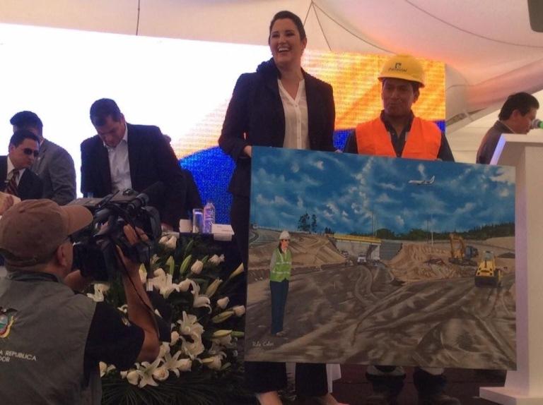 Un regalo para la ministra Paola Carvajal, por parte de un obrero de la ruta Collas, el día de su inauguración, el 31 de julio pasado.