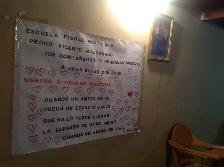 Una cartulina repleta de corazones fue el homenaje de los compañeros de escuela  de Juan Elías.