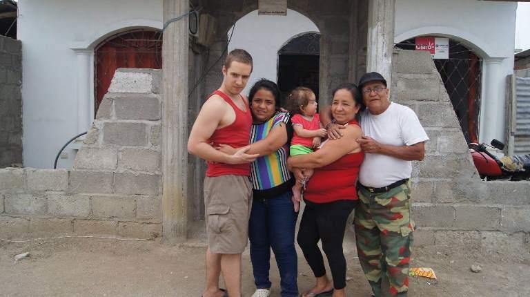 Graciela y José, a la derecha, junto a su hija, yerno y nieta, en su casa, en Huaquillas.