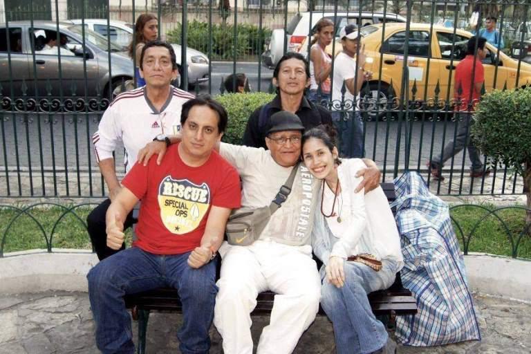 """""""Los hermanos de la luz"""" se reúnen los sábados en el parque Seminario, en Guayaquil, y conversan de sus experiencias inusuales."""
