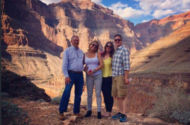 En el Gran Cañón, Brittany Maynard (de blusa amarilla) junto a su esposo, madre y padrastro, cumpliendo uno de sus últimos deseos antes de morir.
