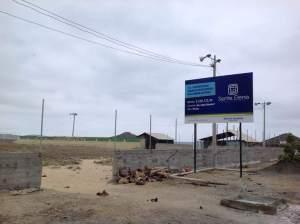 La cancha de fútbol con césped sintético que se levanta en la comuna San Pedro, en donde continúa la falta de agua potable por las tuberías.