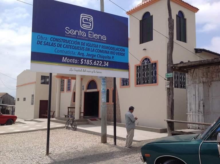 La nueva iglesia de Río Verde, una comuna del cantón Santa Elena. Aquí no hay alcantarillado y hay problemas con el agua. La nueva obra que se viene es una cancha de césped sintético.