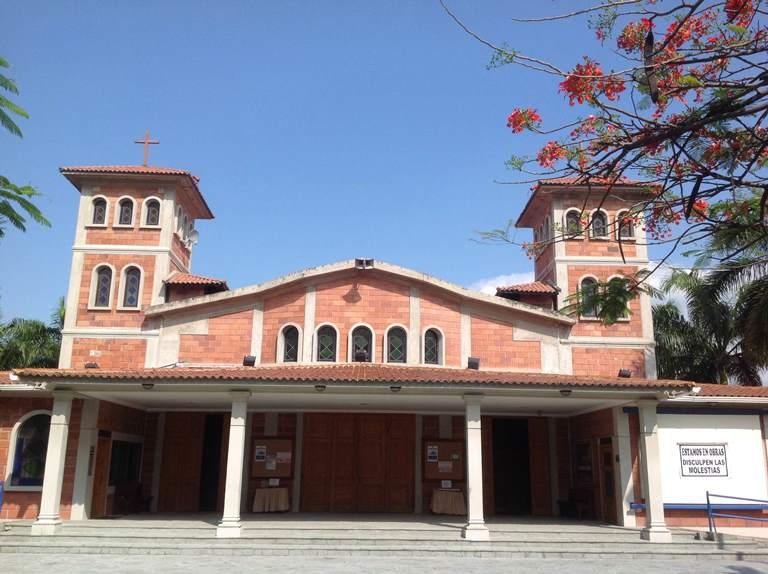 La iglesia Jose María Escrivá de Balaguer, santo y fundador del Opus Dei, en la vía a Samborondón. Aquí se pide $500 por ceremonia matrimonial  y $240 si se desea la música nupcial.