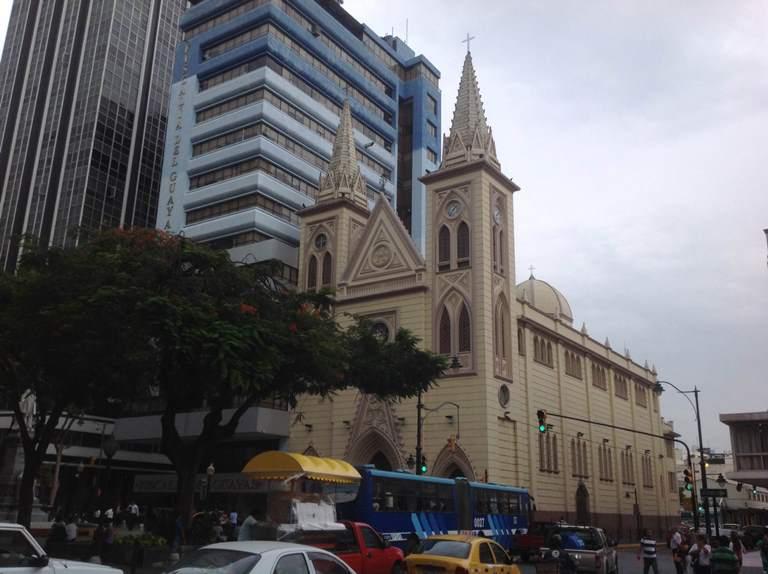 La Iglesia de la Merced, en pleno centro bancario de Guayaquil. La ofrenda es de $300 para los matrimonios.