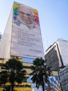 Gigantografía colocada por el gobierno en Ave princial de Guayaquil