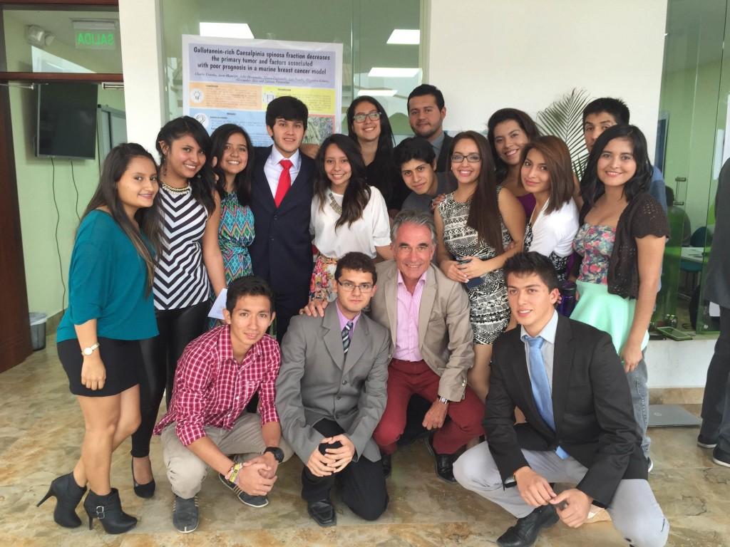 El primer rector de Yachay, Fernando Albericio y los estudiantes de la universidad.