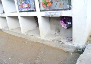 La primera tumba de José Tendetza en el cementerio de Yantzaza. Esquinera y al ras del piso. Foto: La Historia