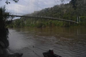Desde el puente colgante del sector Chuchumbletza del cantón El Pangui, se divisó el cuerpo de José Tendetza que era arrastrado por la corriente. Foto: La Historia