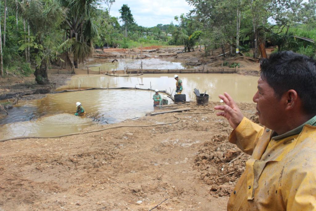 Nelson Quinche de la empresa pública Amazonía Viva muestra el trabajo de remediación que ejecuta un grupo de trabajadores a su cargo en la comunidad Juan Montalvo, campo Suzuki (Pacayacu). Foto: Daniela Aguilar
