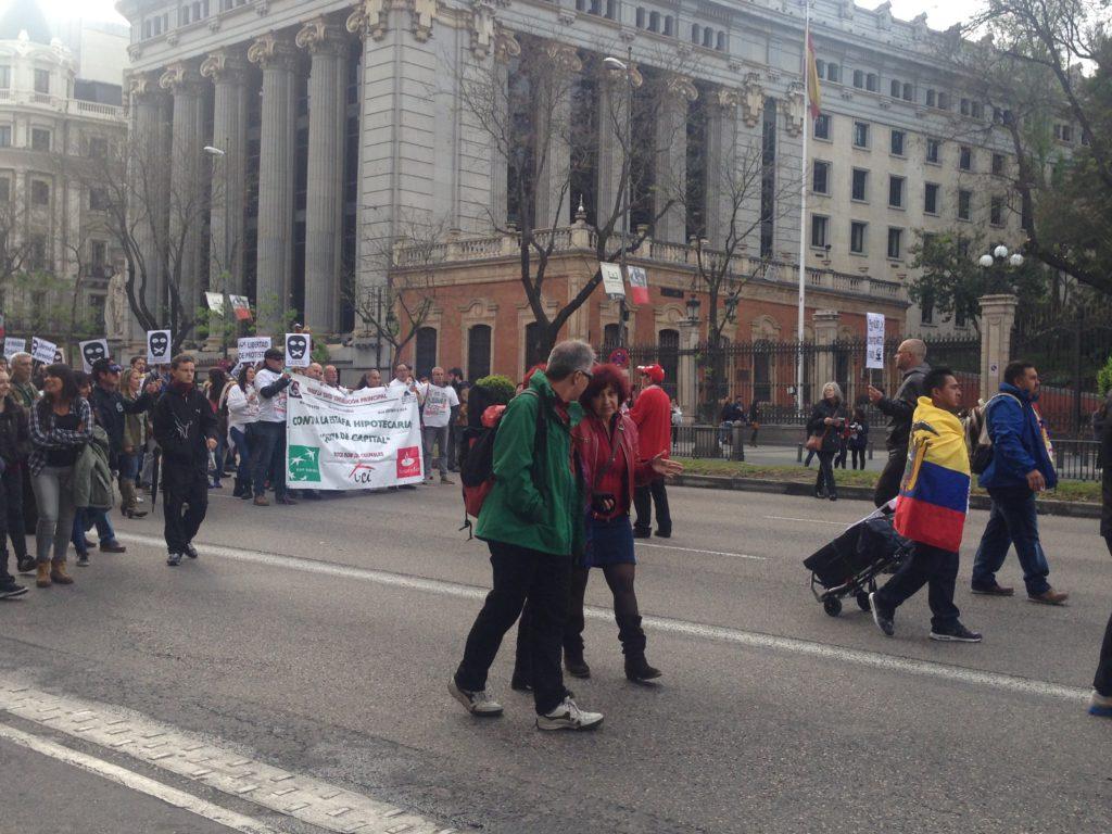 Ecuatorianos participan en manifestación en la calle Alcalá de Madrid, dentro de la Plataforma de Afectados por las Hipotecas.