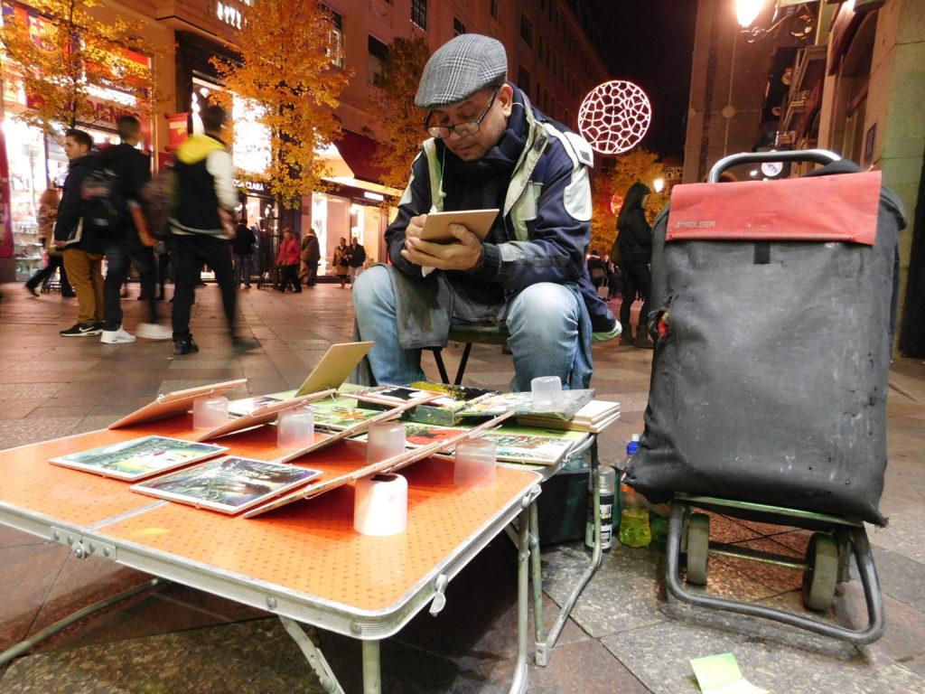 Jesus Moncayo vende cuadros al óleo cerca en el centro de Madrid.