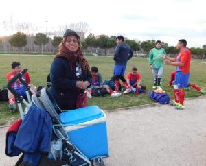 Lilia Vanegas ofrece comida típica y bebidas en el parque Manzanares.