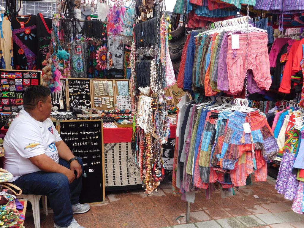 Los migrantes ecuatorianos trabajan en el comercio de distintos productos -algunos nacionales- en España.